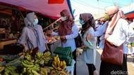 Hari Kartini, Penyuluh KB Bagikan Kondom di Pasar Majalengka