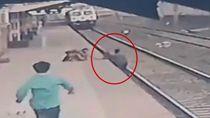 Heroik! Aksi Pria India Selamatkan Bocah yang Terjatuh ke Rel Kereta