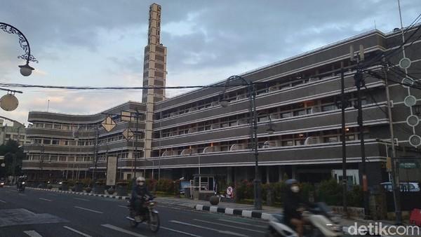 Inilah hotel Savoy Homann yang sangat bersejarah di Bandung. Di bulan Ramadan, ada yang unik dari hotel ini. Setiap memasuki waktu berbuka puasa, ada bunyi sirine meraung-raung dari hotel ini. (Siti Fatimah/detikTravel)