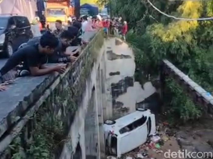 Sebuah mobil jatuh dari jembatan setinggi 7 meter di Desa Tegalsiwalan, Kecamatan Leces. Tiga orang luka-luka dalam kecelakaan itu.