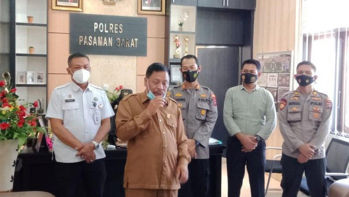 Ketua DPRD Pasaman Barat Parizal Hafni membantah melakukan perbuatan dugaan mesum dengan staf perempuannya.