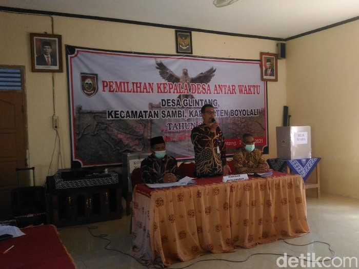 Ketua panitia memimpin Pilkades Pergantian Antar Waktu Desa Glintang, Kecamatan Sambi, Boyolali, Rabu (21/4/2021).