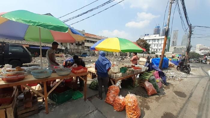Kondisi Pasar Kambing Tanah Abang, Jakarta Pusat usai dua pekan terbakar.  Belum ada lapak, pedagang berjadang dengan kondisi seadanya.