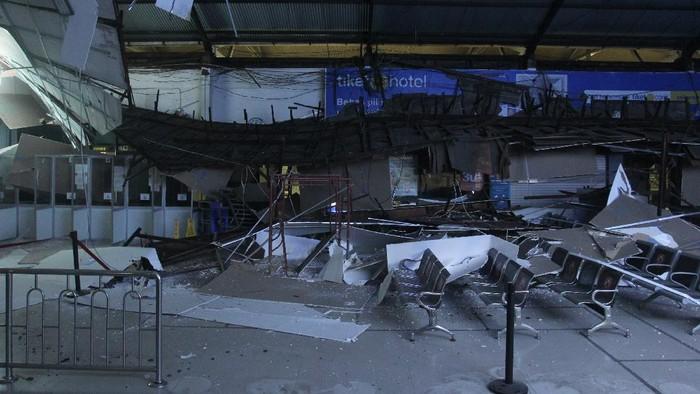 Tim Inafis Polrestabes Surabaya melakukan olah tempat kejadian perkara di lokasi ambruknya langit-langit di Ruang Keberangkatan Kereta Api Ekonomi di Stasiun Pasar Turi Surabaya, Jawa Timur, Selasa (20/4/2021). Pihak kepolisian setempat masih melakukan penyelidikan kasus ambruknya langit-langit di bagian stasiun tersebut. ANTARA FOTO/Didik Suhartono/hp.
