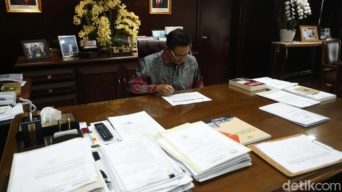 Di bulan Ramadhan ini, Wakil Ketua MPR Fadel Muhammad, tetap beraktivitas penuh. Begini saat Fadel Muhammad beraktivitas di ruang kerjanya.