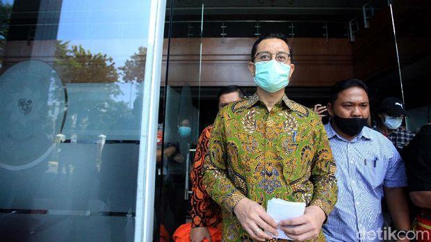 Mantan Menteri Sosial (Mensos) Juliari Peter Batubara menjalani sidang perdana kasus korupsi Bansos. Juliari Batubara didakwa menerima uang suap Rp 32,4 miliar.