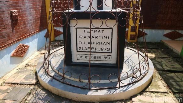 Juru pemelihara monumen ari-ari Kartini, Bang Tigor Sitegar, mengatakan di monumen dulunya merupakan tempat RA Kartini dilahirkan. Dia bilang monumen itu merupakan rumah RA Kartini.