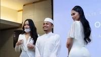 7 Gaya Selebgram Seksi Malaysia Foto Bareng Ustaz, Kini Ramai Dihujat