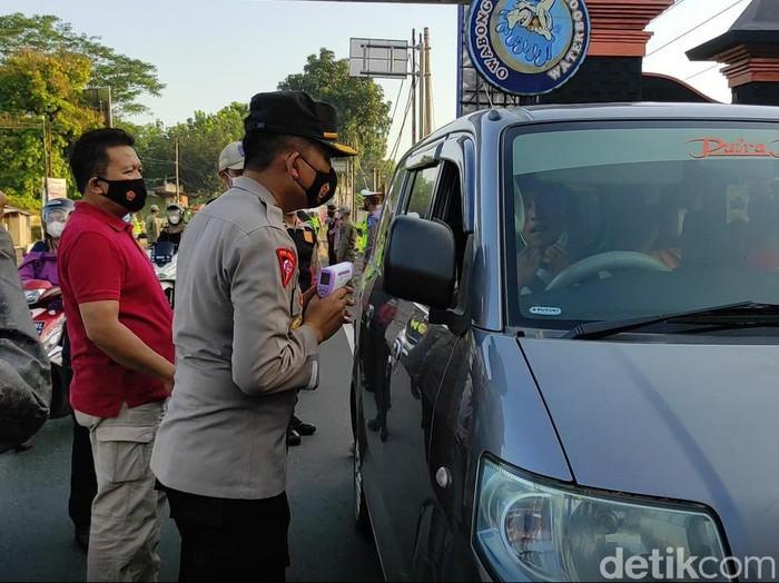 Pemeriksaan pengendara di perbatasan Jompo Purbalingga, Rabu (21/4/2021).