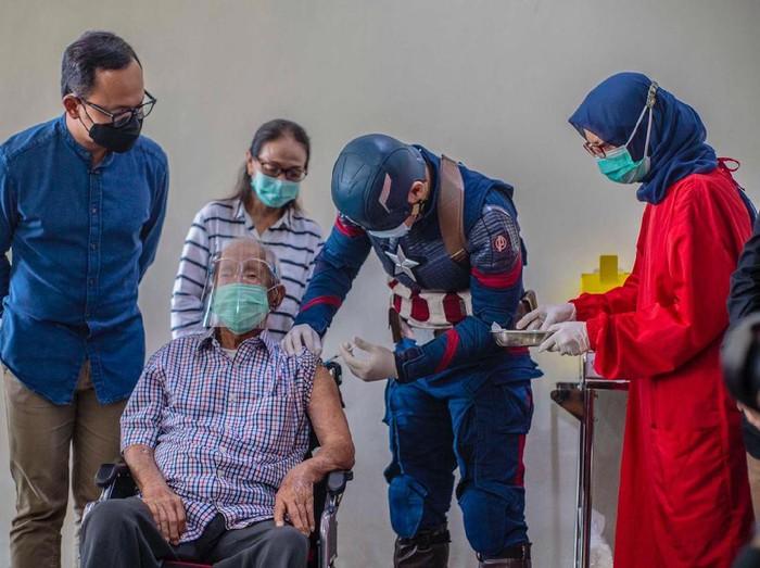 Lansia berusia 104 tahun di Kota Bogor disuntik vaksin oleh tokoh superhero Captain America.