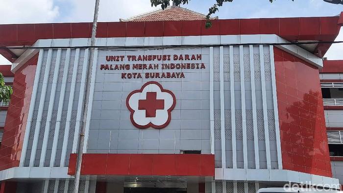 Stok sel darah merah di PMI Surabaya saat ini tengah menipis. Sebab saat ini Bulan Ramadhan dan banyak warga yang divaksin, sehingga belum bisa donor darah.