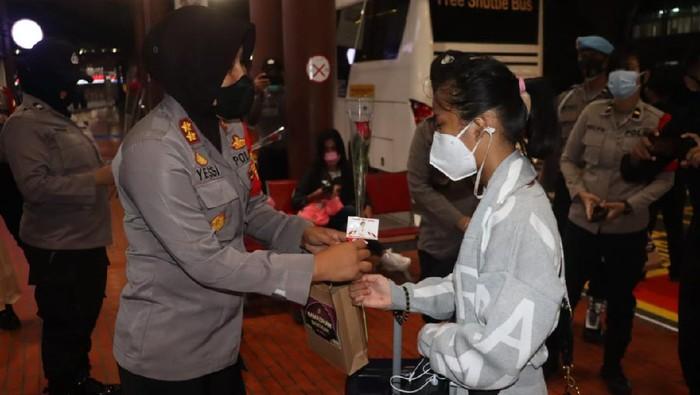 Polwan Polres Bandara soekarno-Hatta turun bagi-bagi menu sahur di Hari Kartini