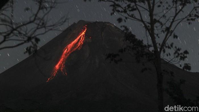 Gunung Merapi di Yogyakarta kembali mengeluarkan lava pijar. Lava pijar meluncur sejauh  1.000 meter ke arah barat daya.