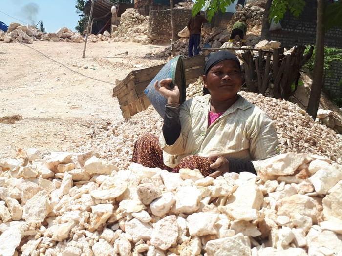 Potret Wanita Wanita Perkasa Pemecah Batu Tuban