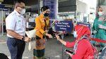 Momen Petugas Kereta Api Berbagi Kebahagiaan di Hari Kartini