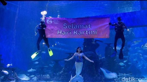 Jakarta Aquarium Safari menggelar pertunjukkan mermaid beserta tulisan Selamat Hari Kartini dalam rangka memperingati hari lahir RA Kartini yang rutin diperingati setiap tanggal 21 April.