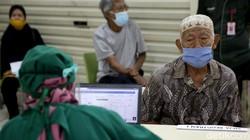 Program vaksinasi COVID-19 di Indonesia terus dilakukan meski di bulan puasa. Diketahui, 11 juta warga Indonesia telah menerima dosis pertama vaksin Corona.