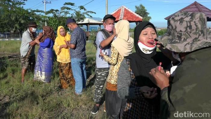 Ada hal unik yang dilakukan para pria di Kota Probolinggo dalam mengisi Hari Kartini. Mereka merias wajah istri di pelabuhan.