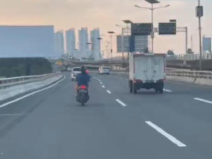 Tangkapan layar video viral motor masuk Tol Angke