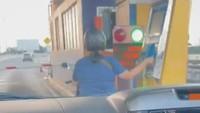 Santai Ngetap Kartu, Emak-emak Pemotor Diduga Sengaja Masuk Tol