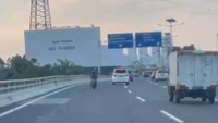 Heboh Pemotor Masuk Tol Sambil Ngetap e-Toll, Cek Lagi Aturannya, Kak