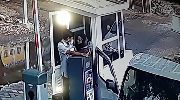 Tangkapan layar video viral pemobil pukul petugas loket parkir (dok. Istimewa).