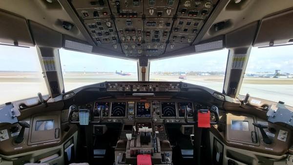 Traveler berkesempatan untuk berfoto di kokpit dan berfoto selfie dengan pilot.