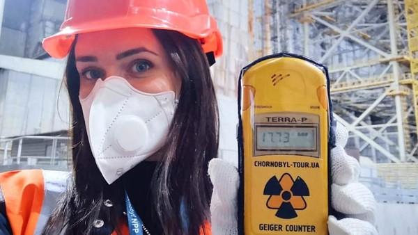 Beberapa turis mengikuti tur resmi situs bencana nuklir Chernobylsetelah mendapatkan izin wajib.