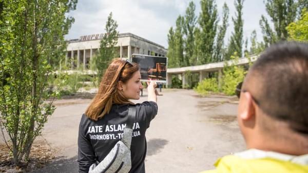 Yang lain masuk secara ilegal ke situs bencana nuklir Chernobyldan berkeliaran di tempat-tempat yang terkontaminasi radiasi dengan risiko terkena denda besar.