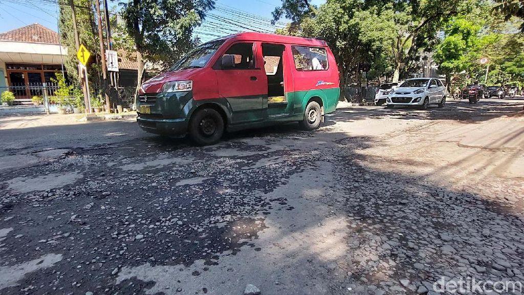 Awas! Jalan Gatsu Bandung Rusak dan Bahayakan Pengendara