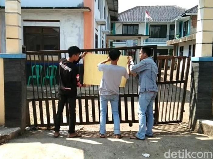 Warga Segel Kantor Kades di Cianjur