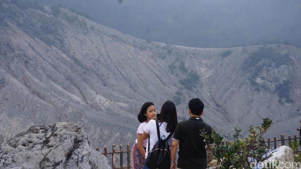 Gunung Tangkuban Parahu berada di perbatasan Lembang dan Subang. Gunung ini menawarkan suasana sejuk, pemandangan ciamik, dan spot swafoto yang sayang untuk dilewatkan.