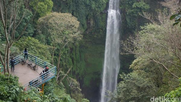 Objek wisata alam alternatif lainnya saat ingin melepas penat di Bandung Barat yakni Curug Pelangi Cimahi. Curug yang ada di Desa Kertawangi, Kecamatan Ngamprah, KBB, tersebut menyuguhkan pemandangan air terjun setinggi 76 meter.