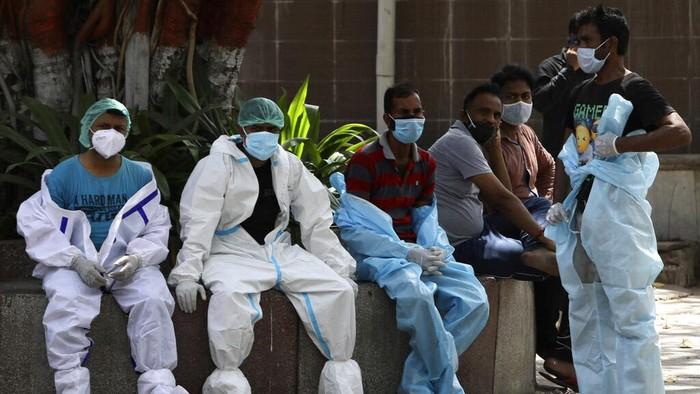 Virus Corona terus mengganas di India. Spiderman pun turun tangan dengan melakukan penyemprotan disinfektan.