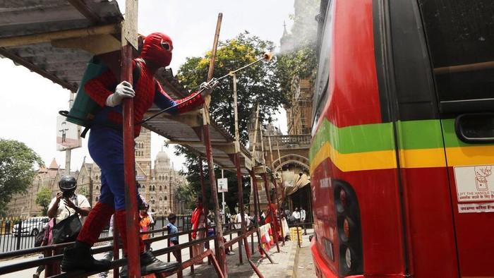 Virus Corona terus mengganas di India. 'Spiderman' pun turun tangan dengan melakukan penyemprotan disinfektan.