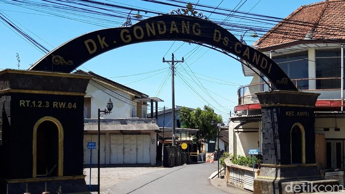 Akses ke Dukuh Gondang, Desa Candi, Boyolali ditutup portal usai warga sekampung kena Corona dari klaster piknik, Kamis (22/4/2021)
