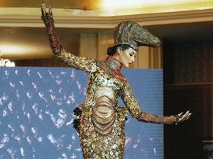 Aksi Ayu Maulida Pakai Kostum Komodo di Miss Universe 2020, Bikin Merinding