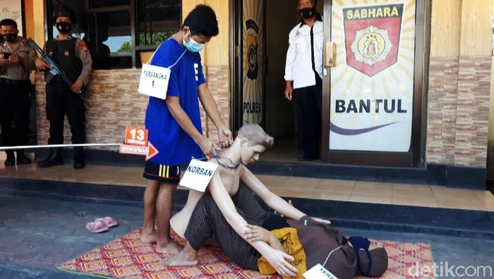Polres Bantul melakukan rekonstruksi pembunuhan bos pabrik wajan, Budiyantoro. Kedua tersangka, Nur Kholis (22) dan KI (30) melakukan 57 adegan rekonstruksi hari ini.