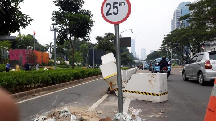 Beton jalur sepeda permanen di Sudirman ditabrak mobil, Kamis (22/4).