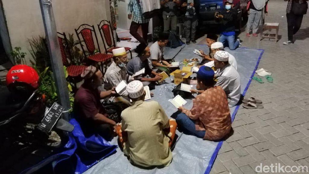 Warga Gelar Doa Bersama di Rumah Kru KRI  Nanggala-402 di Surabaya
