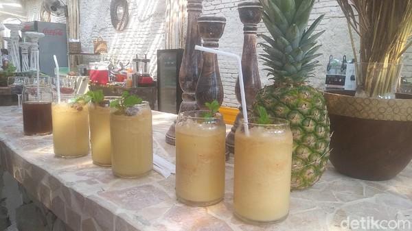 Sedangkan dari sisi makanan, hidangan seafood hingga ayam dan daging wagyu hadir menjadi pilihan. Highlightnya adalah aneka minuman tropis berbahan nanas, mangga dan smoothies yang sangat khas Bali. Range harganya adalah dari Rp 30 ribu hingga Rp 130 ribuan (Randy/detikTravel)