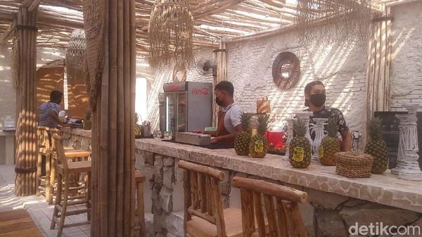 Mulai dari suasana di lorong menuju restoran, mengingatkan kita akan beach hut dengan suasana serupa di Bali (Randy/detikTravel)