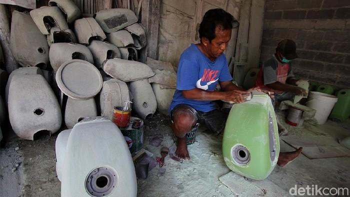Kampung Losari, Pasar Kliwon, Solo, Jawa Tengah, menjadi salah satu sentra pembuat tangki custom untuk kebutuhan modifikasi. Nah, seperti apa sih penampakannya?