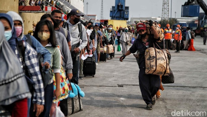 Ratusan penumpang turun dari Kapal Dorolonda di kawasan Dermaga Terminal Penumpang Pelabuhan Tanjung Priok, Jakarta Utara, Kamis (22/4).
