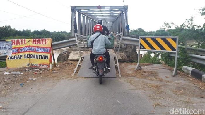 Jembatan Simo Glendeng sudah 6 bulan rusak. Hingga kini belum ada kepastian soal kapan penghubung Tuban dan Bojonegoro ini akan diperbaiki oleh pemerintah.