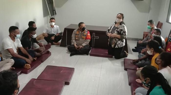 Kapolres Tangsel AKBP Iman Imanuddin silaturahmi ke Mess Dormitory Mahasiswa asal Papua di Cisauk Kabupaten Tangerang