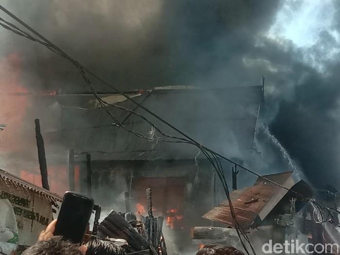 Kebakaran di permukiman penduduk Tamalate, Makassar (Reinhard/detikcom).