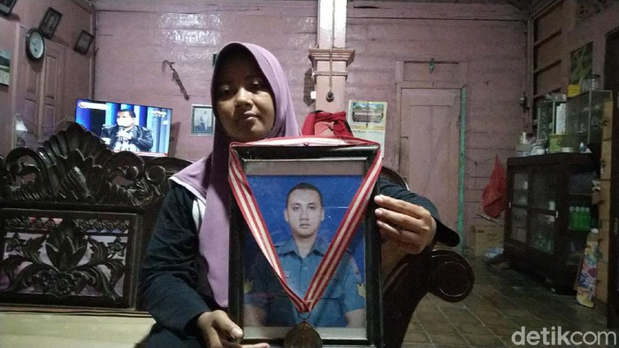 Keluarga Letda AL Munawir, salah satu kru KRI Nanggala-402, asal Rembang, Kamis (22/4/2021).