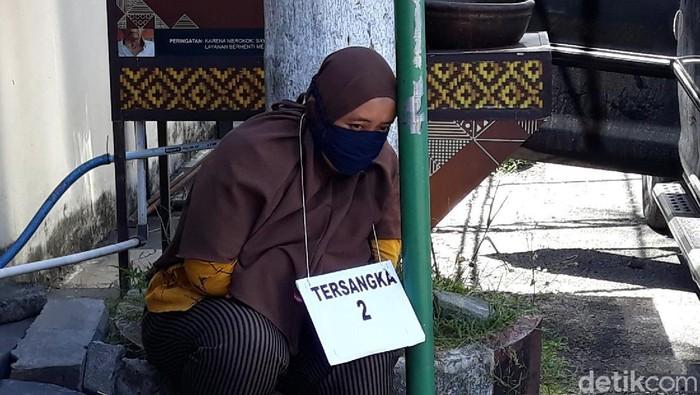 Kusrini (30) tersangka pembunuhan suaminya bos wajan di Bantul usai rekonstruksi di Mapolres Bantul, Kamis (22/4/2021)