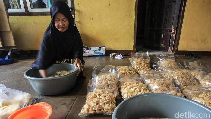 Perajin mengolah bahan makanan untuk dijadikan kue lebaran di industri kecil makanan rumahan Buaran, Tangerang Selatan, Kamis (22/4/2021). Pemilik usaha kue itu mengaku, meskipun mengalami penurunan permintaan saat pandemi COVID-19, kini produksi kue khas lebaran tersebut mulai bangkit kembali.